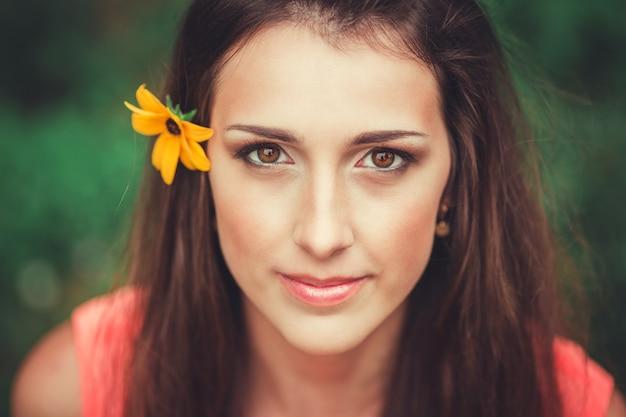 Bella giovane donna felice nel parco del fiore di primavera. bella ragazza con fiori di primavera