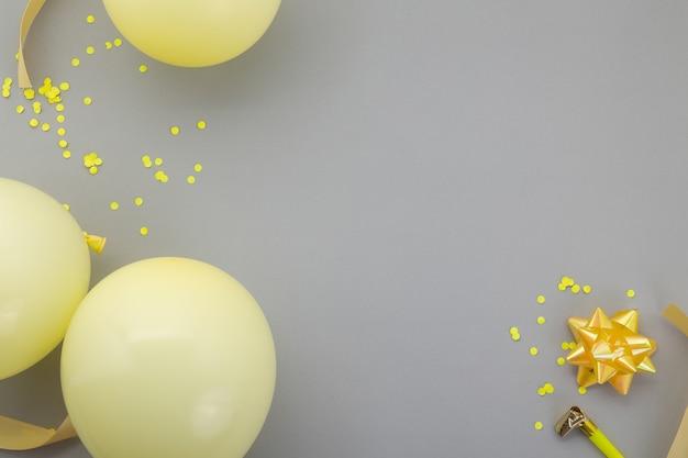 Sfondo di buon compleanno, decorazione del partito piatto laici su sfondo grigio pastello.