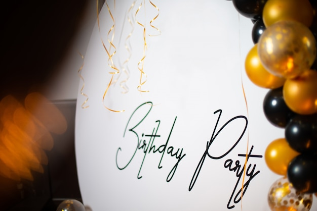 Buon compleanno! festa di compleanno con palloncini gialli e neri