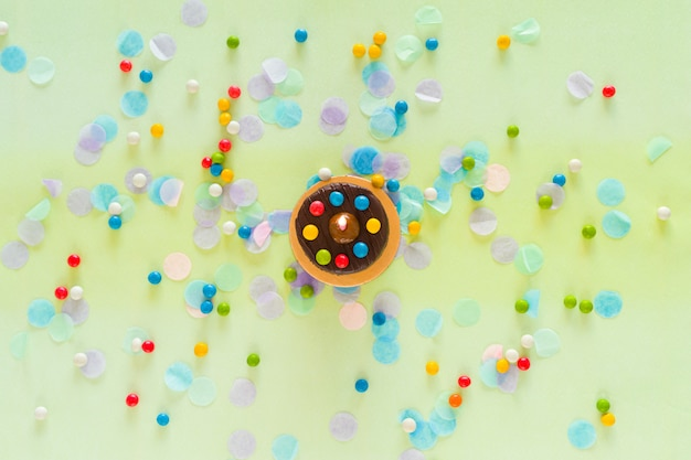 Buon compleanno concetto. torta, coriandoli e articoli per feste sparsi sul tavolo. vista dall'alto
