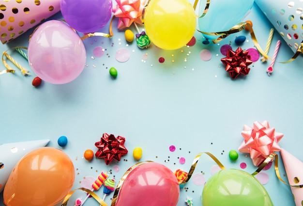 Elementi di buon compleanno sulla superficie blu