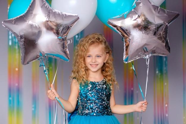Buon compleanno! ragazza bambino felice in abito elegante