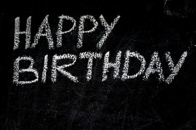 Messaggio di invito di buon compleanno su lavagna nera