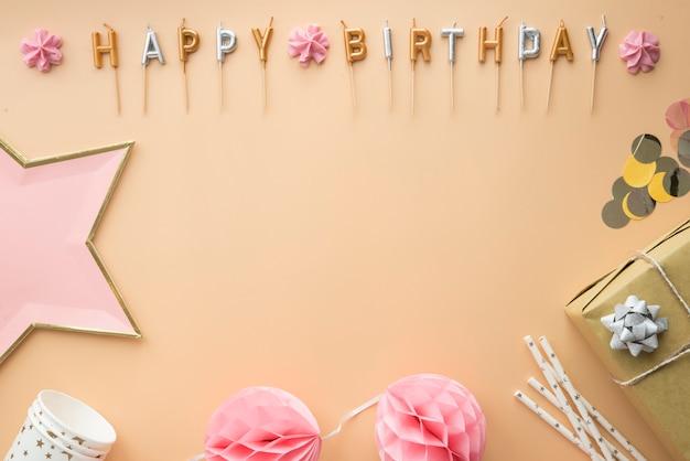 Regolazione della festa di buon compleanno sul tavolo marrone