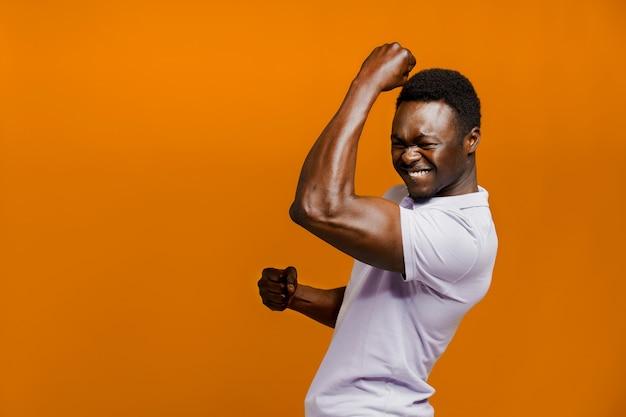 Un uomo di colore felice alza le mani e grida forte perché il qarantine è finito
