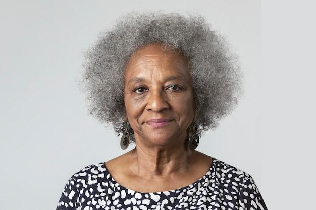 Felice donna anziana nera in una ripresa in studio