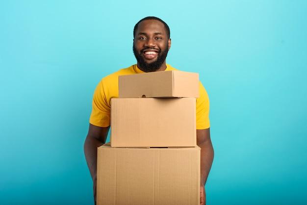 Il ragazzo felice riceve un pacco dall'ordine del negozio online