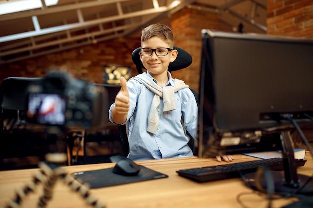 Ragazzo felice che registra vlog, piccolo blogger
