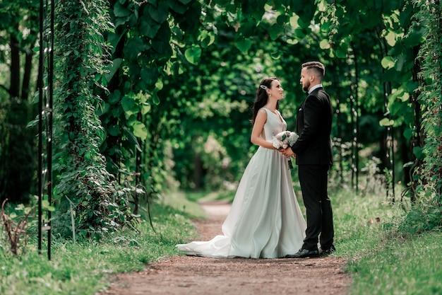 Sposa e sposo felici che esaminano. eventi e tradizioni