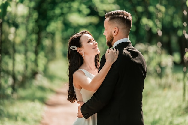 Felice sposa e sposo in piedi sotto l'arco di nozze. eventi e tradizioni