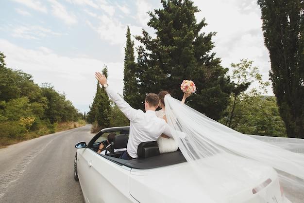 Felice sposa e sposo al loro matrimonio