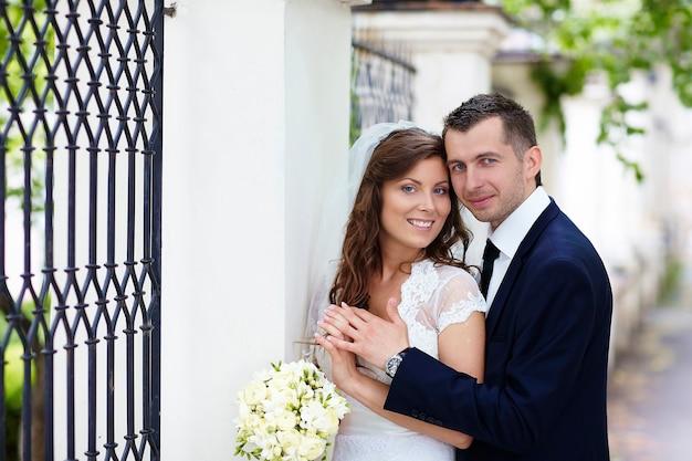 Sposa e sposo felici.