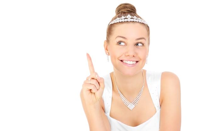 Una sposa felice che sceglie qualcosa su sfondo bianco