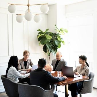 Uomini d'affari felici in una riunione