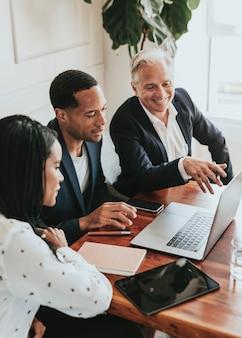 Uomini d'affari felici che usano un laptop