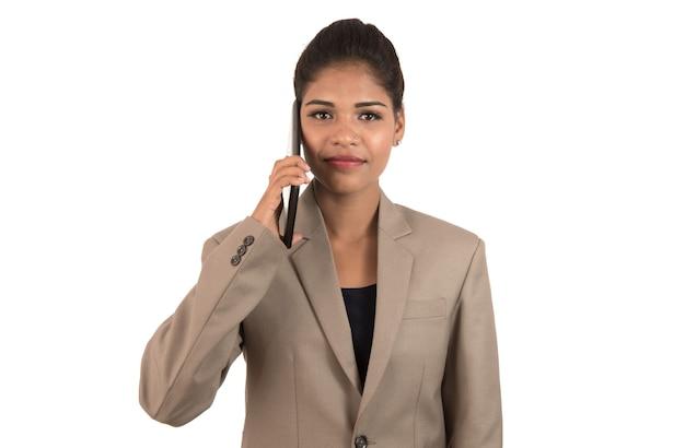 Happy business woman parlando al telefono cellulare o smartphone isolato su sfondo bianco