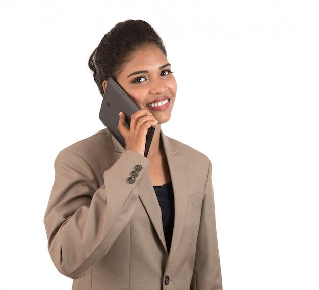Donna felice di affari che parla sul telefono cellulare o sullo smartphone isolato su spazio bianco