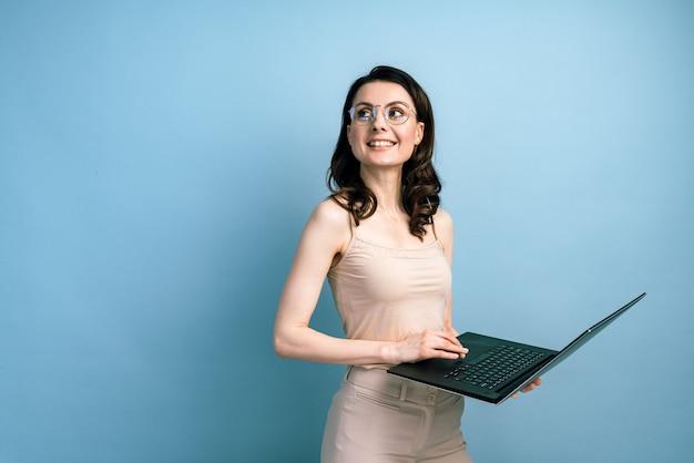 Happy business donna che lavora al computer portatile, guardando lontano.