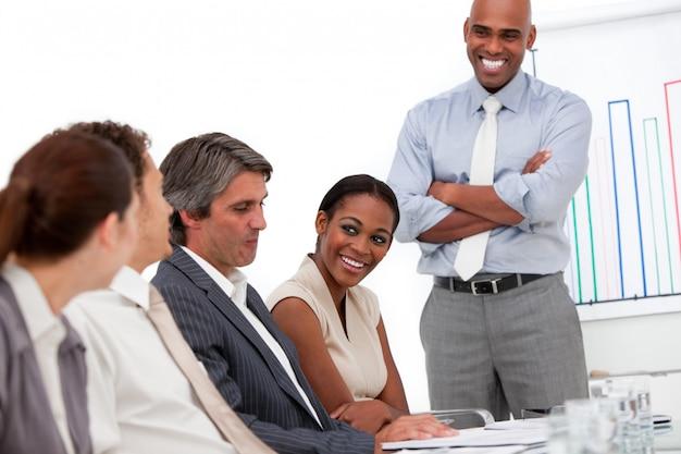 Uomo d'affari felice che fa una presentazione