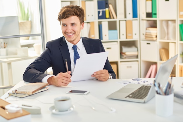 Documenti felici della lettura dell'uomo d'affari