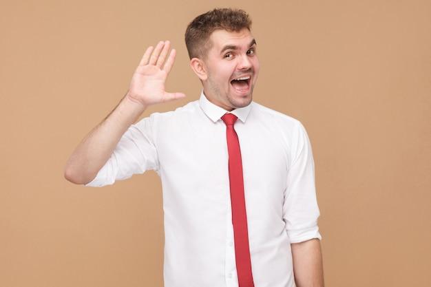 Uomo d'affari felice che mostra ciao ciao segno