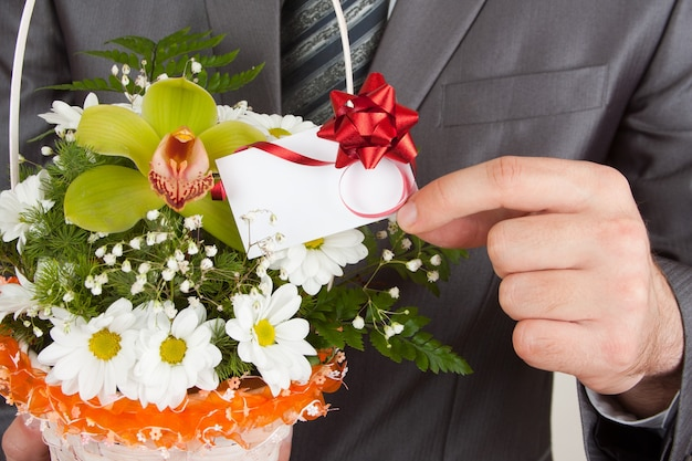 Happy businessman con cesto di fiori