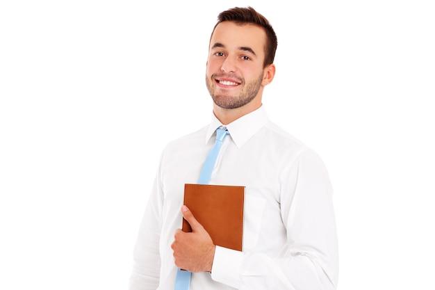 Un uomo d'affari felice con documenti su sfondo bianco