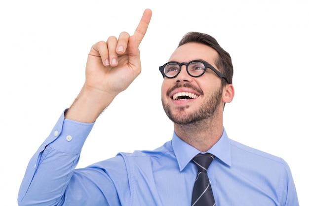 Uomo d'affari felice con gli occhiali che punta