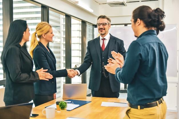 Felici uomini d'affari in ufficio