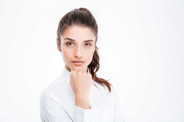 Felice imprenditrice guardando davanti isolato su un muro bianco