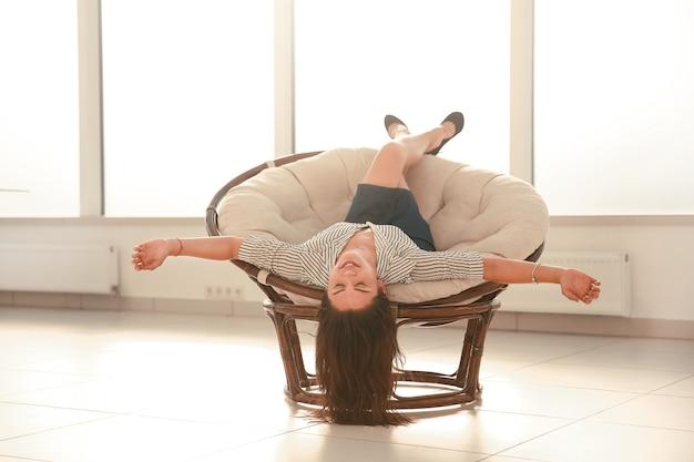 Felice imprenditrice rilassante in una comoda sedia.foto con copia spazio