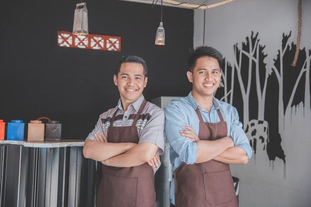 Felici proprietari di caffè