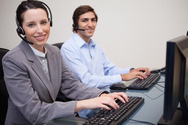 Happy call center impiegati al lavoro