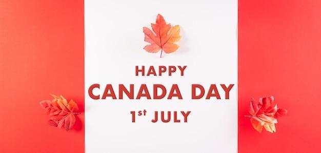 Happy canada day concetto realizzato con foglie di acero di seta rossa con il testo su sfondo bianco e rosso