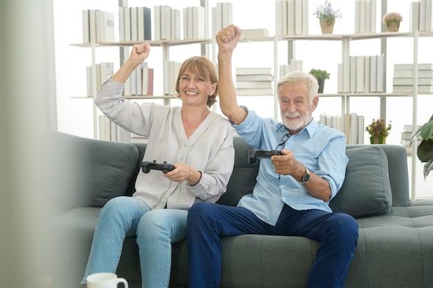 Felice coppia senior caucasica che gioca a casa