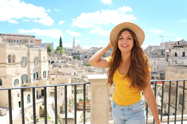 Ragazza turistica allegra felice visitando matera, italia