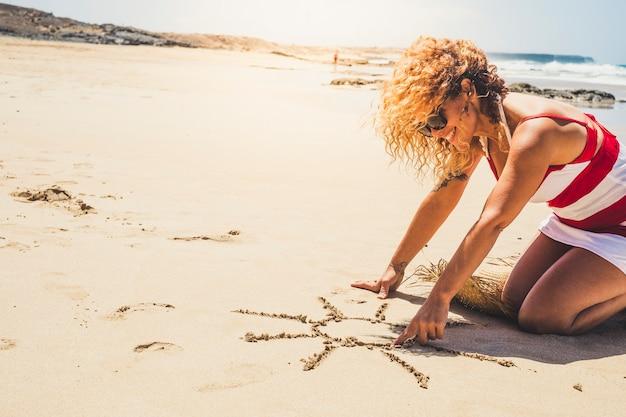 Felice donna allegra in vacanza estiva godendo della spiaggia e all'aperto progettando un sole sulla sabbia