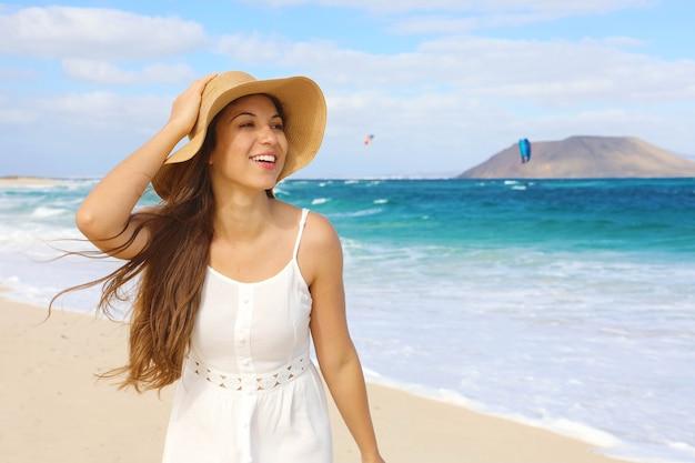 Giovane donna allegra felice con la spiaggia di corralejo dunas a fuerteventura