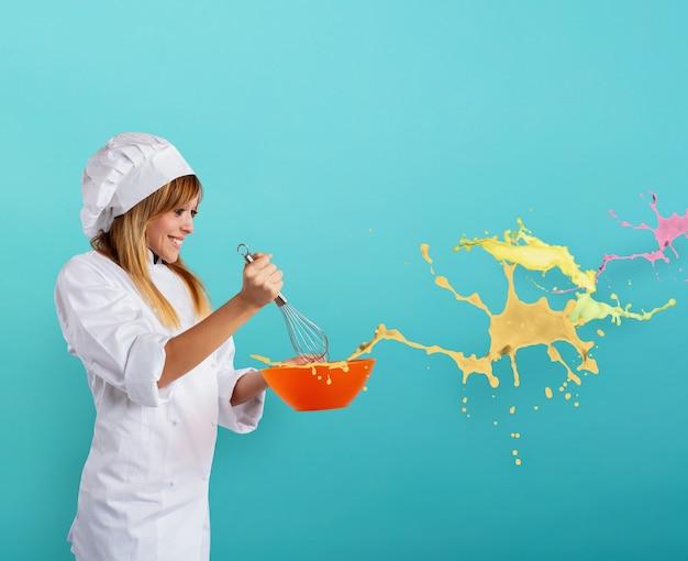 Lo chef felice prepara una nuova ricetta creativa dolce
