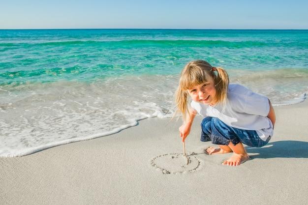 Bambino felice in riva al mare all'aria aperta