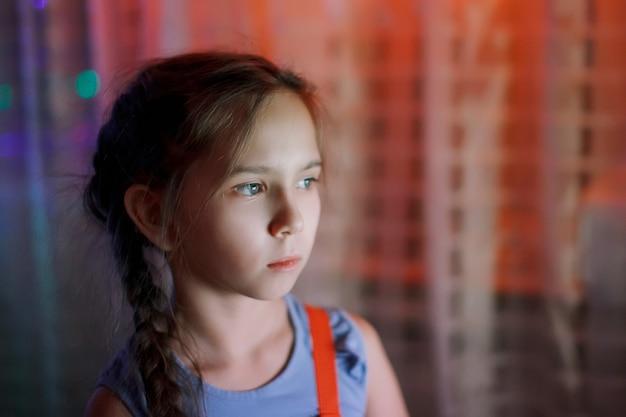 Bambina felice in attesa di un miracolo