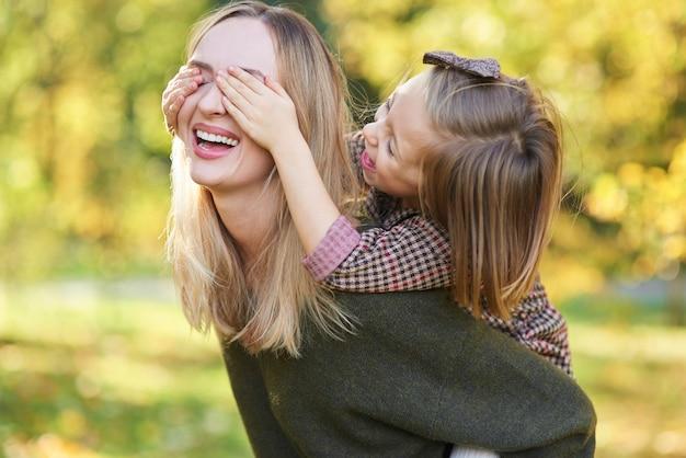 Bambino felice che si diverte con la mamma all'aria aperta