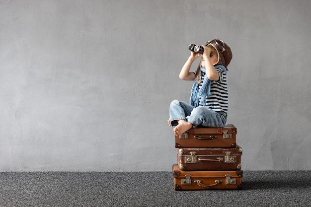 Bambino felice che gioca all'aperto. bambino sorridente che sogna di vacanze estive e viaggi.