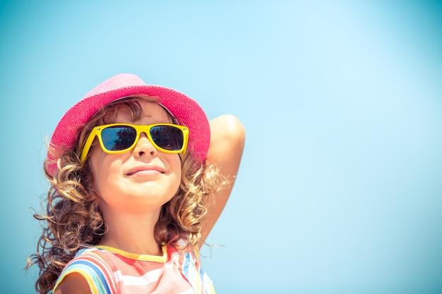 Bambino felice in vacanza estiva concetto di viaggio e avventura