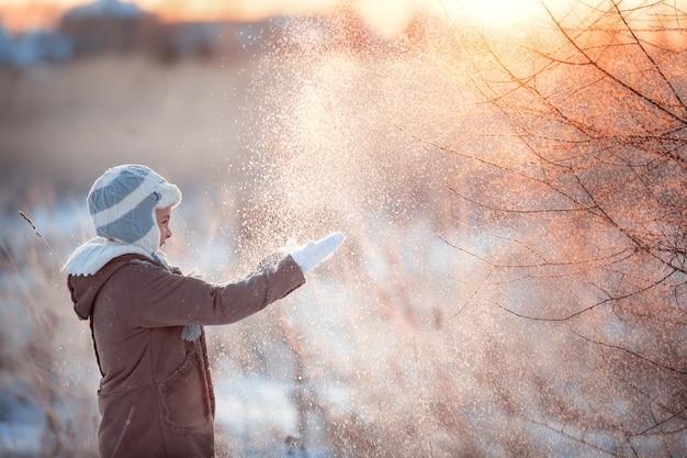 Bambino felice in una passeggiata in inverno