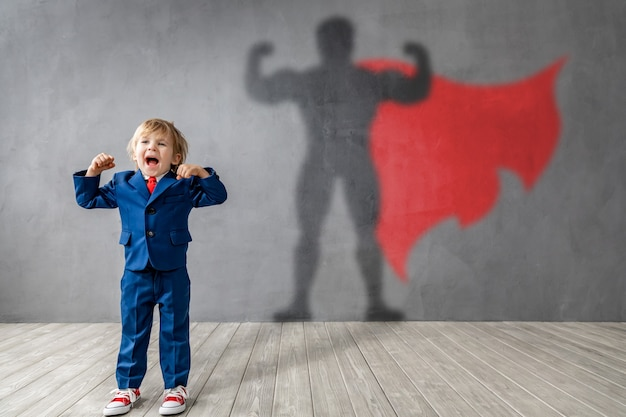 Il bambino felice vuole diventare un super eroe.