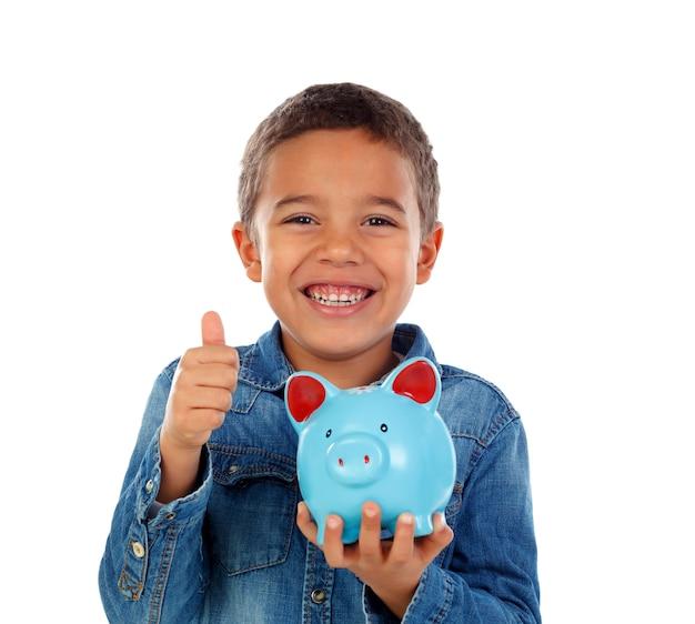 Bambino felice con salvadanaio blu