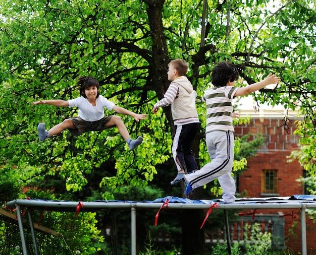 Bambini felici che godono dell'infanzia sul trampolino