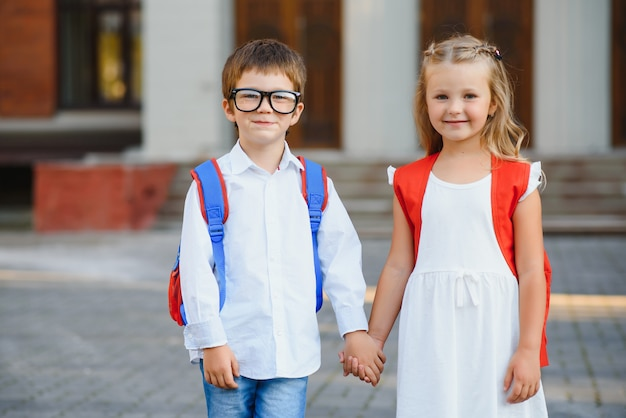 Bambini felici che tornano a scuola