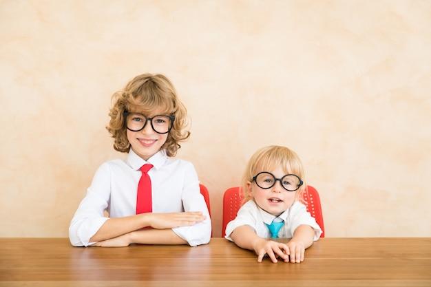 I bambini felici fingono di essere uomini d'affari